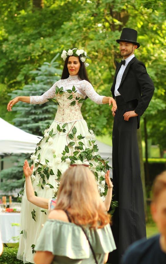 Operetkowy na wolnym powietrzu festiwalu Fest w środkowym parku Młodzi aktorzy w retro ślubnych kostiumach na s obraz stock