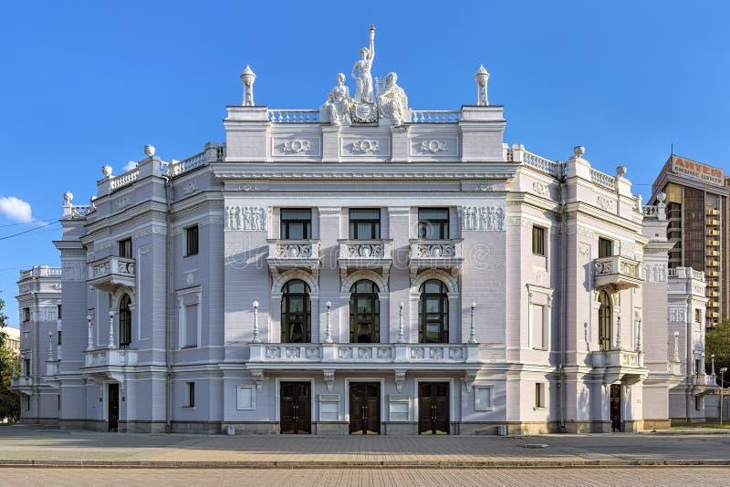 Opern-und Ballett-Theater in Jekaterinburg im Sommer evevning, Russland stockbild