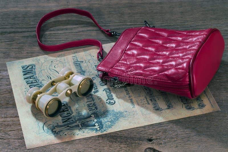 Operngläser, kleine Handtasche und Musikblatt stockbilder