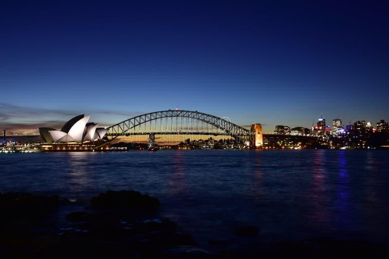Opernhaus nach Sonnenuntergang lizenzfreie stockfotos