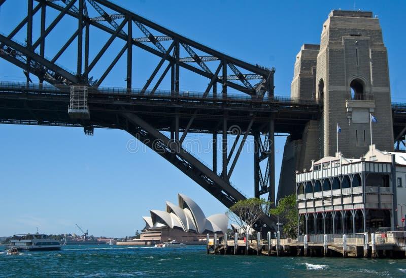 Opernhaus und Brücke lizenzfreies stockfoto
