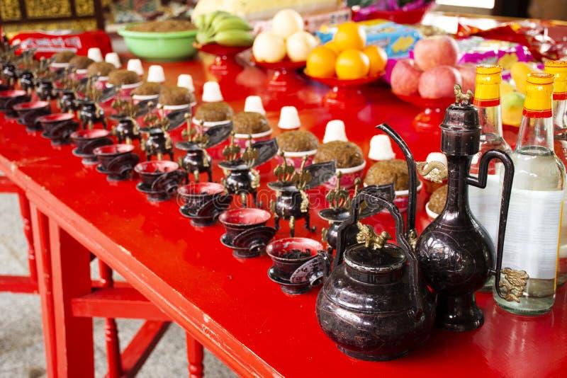 Opferangebote und Reiswhiskyalkohol für chinesisches Volk beten Gott und Denkmal zum Vorfahr in Tiantan-Tempel bei China lizenzfreies stockfoto