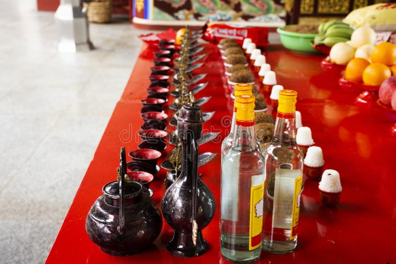 Opferangebote und Reiswhiskyalkohol f?r chinesisches Volk beten Gott und Denkmal zum Vorfahr in Tiantan-Tempel bei China stockbilder