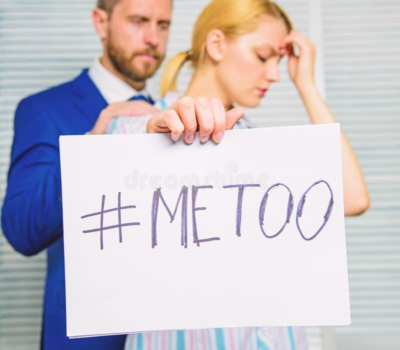 Opferangriff am Arbeitsplatz Angriff abgezielt auf Angestellten M?dchengriff-Plakat hashtag ich auch, w?hrend Kollege sie sich be stockfotos