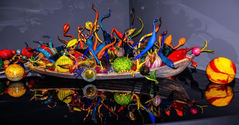 Opgeblazen glasgebieden in boot, Chihuly-Tuin en Glasmuseum royalty-vrije stock fotografie