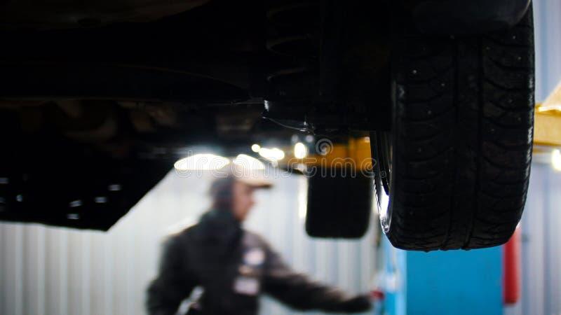 Opgeheven die auto in de professionele dienst wordt opgeheven - proces het herstellen stock foto
