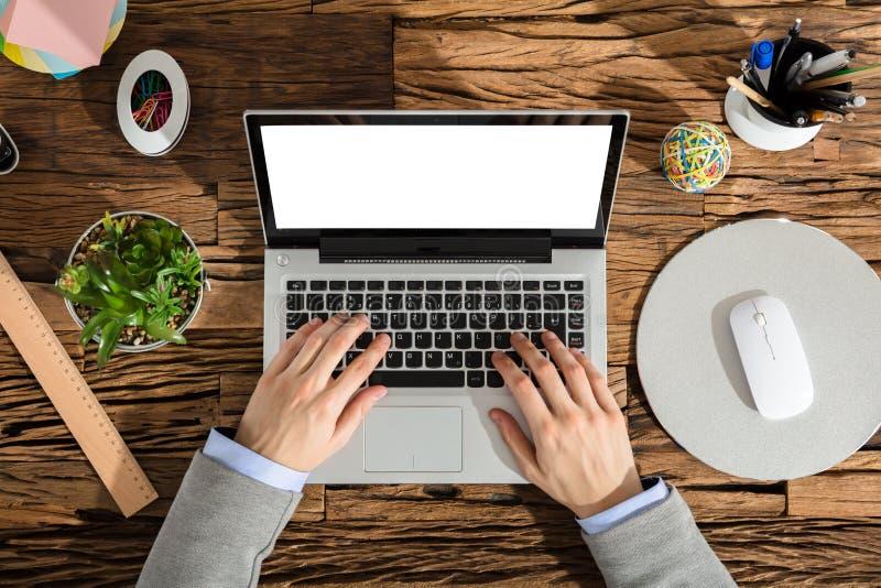 Opgeheven Mening van een Businessperson Using Laptop stock afbeeldingen