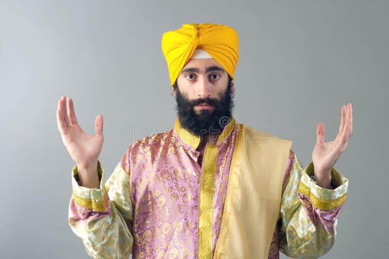 Opgeheven portret van de Indische sikh mens met zijn handen royalty-vrije stock foto's