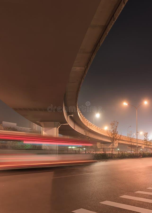 Opgeheven weg en verkeer in motieonduidelijk beeld bij nacht, Peking, China royalty-vrije stock afbeelding