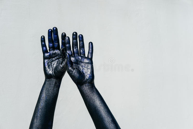 Opgeheven Zwarte Hand van dood met Fonkelingen op een grijze achtergrond royalty-vrije stock afbeelding