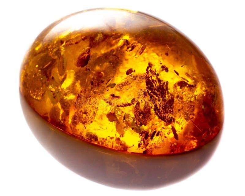 Opgepoetst cabochon van kunstmatige amber met opneming op witte geïsoleerde achtergrond royalty-vrije stock foto's