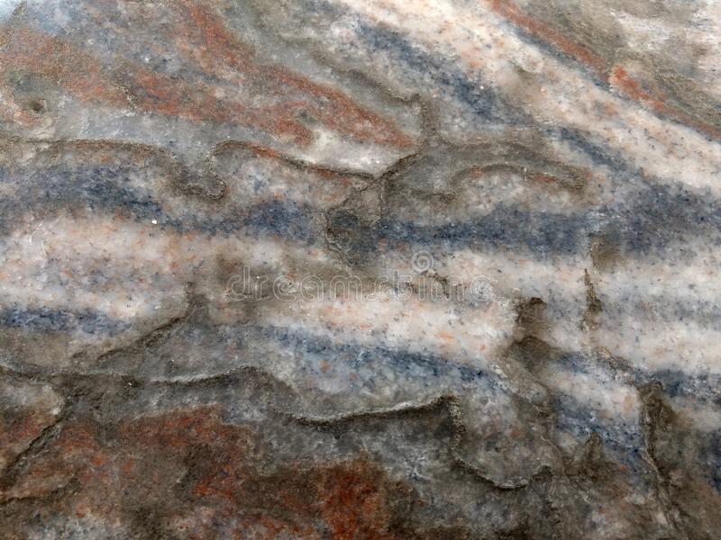 Opgepoetst mineraal halite of rotszout Blauwe, rode, witte lagen royalty-vrije stock afbeeldingen