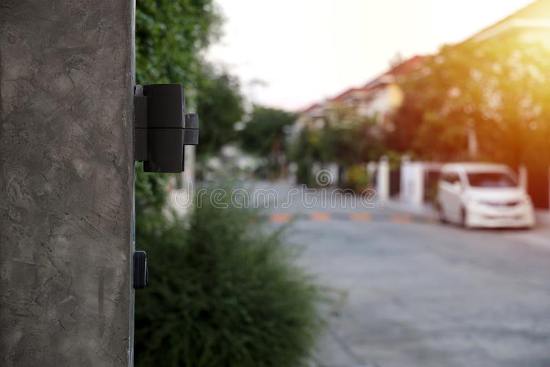 Opgepoetste muur en van de zoldermuur lamp met avondzon stock fotografie
