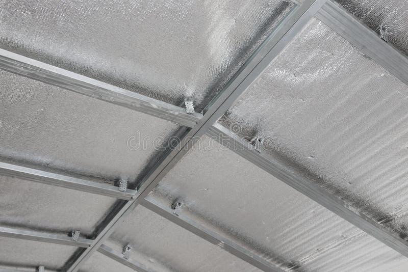 Opgeschort plafond van de zolder met weerspiegelende hittebarrière royalty-vrije stock foto