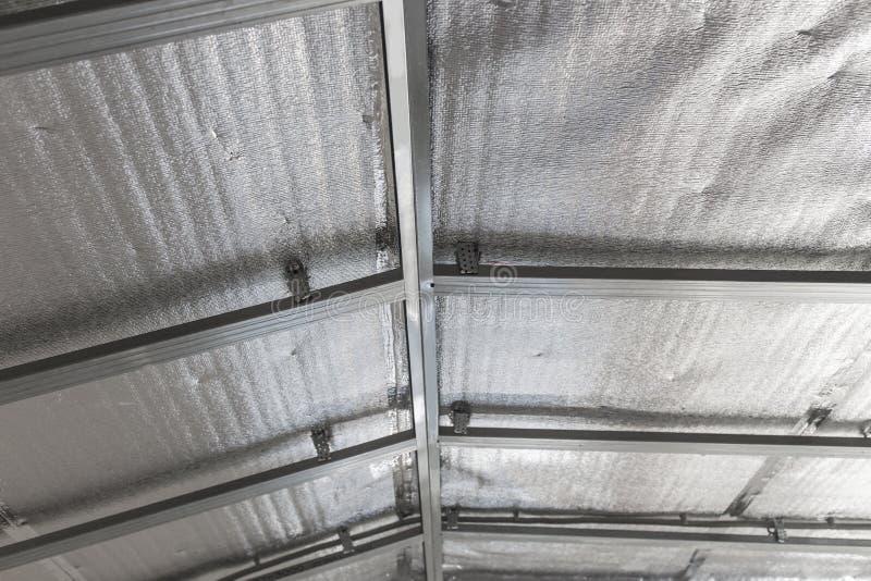 Opgeschort plafond van de zolder met weerspiegelende hittebarrière stock foto's
