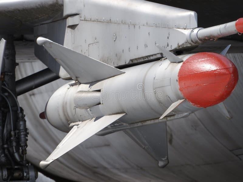 Opgeschorte bewapening van de vliegtuigen De ruimte onder de vleugel van een militair vliegtuig Zichtbare wapens Het vliegtuig is royalty-vrije stock afbeeldingen
