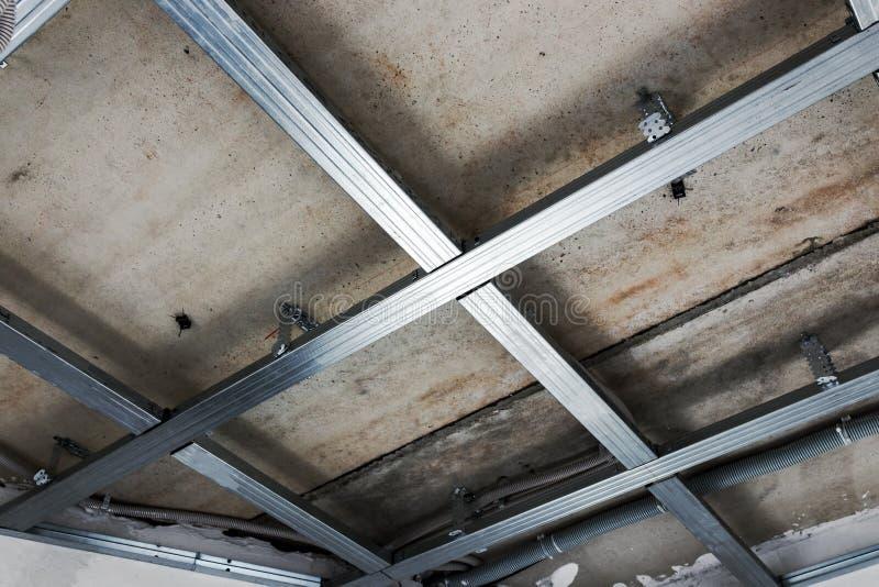 Opgeschorte plafondstructuur, voor installatie van gipsgipsplaat stock afbeeldingen