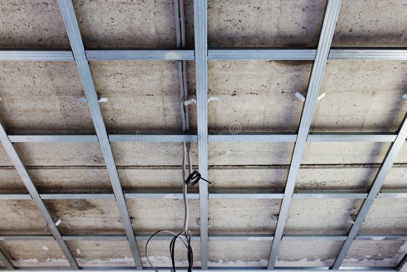 Opgeschorte plafondstructuur, voor installatie van gipsgipsplaat royalty-vrije stock afbeelding