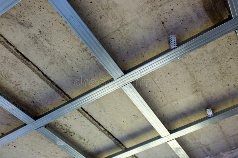 Opgeschorte plafondstructuur, voor installatie van gipsgipsplaat stock foto