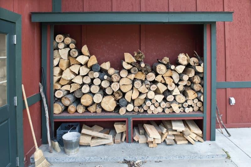 Opgeslagen en brandhout dat droogt royalty-vrije stock afbeelding