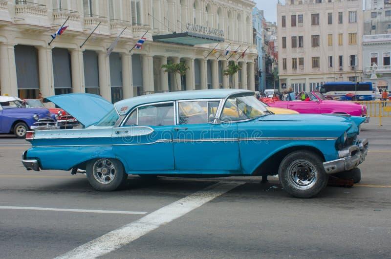 Opgesplitste blauwe klassieke Amerikaanse auto in straten van Havana met open laars royalty-vrije stock afbeelding
