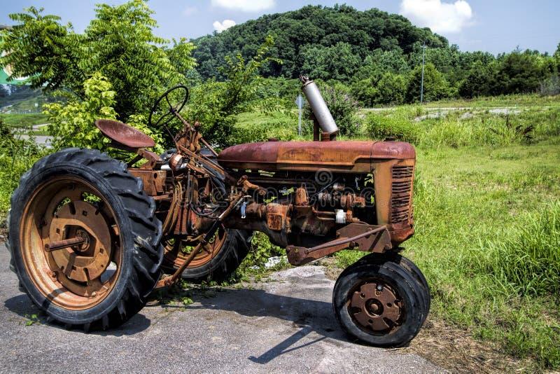 Opgesplitste Uitstekende Rode Tractor stock foto's