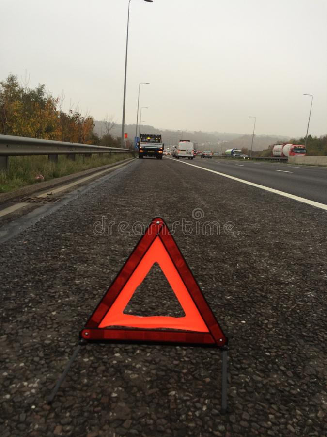 Opgesplitste vrachtwagen op de autosnelweg royalty-vrije stock foto's