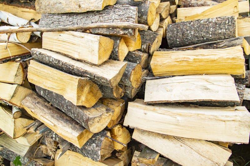 Opgestapeld gehakt brandhout - ontbossing stock afbeeldingen