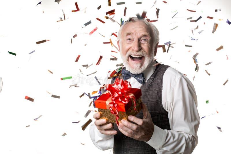Opgetogen bejaard mannetje op vieringspartij stock foto's