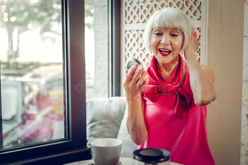 Opgetogen bejaarde die haar gedachtengang bekijken royalty-vrije stock afbeelding