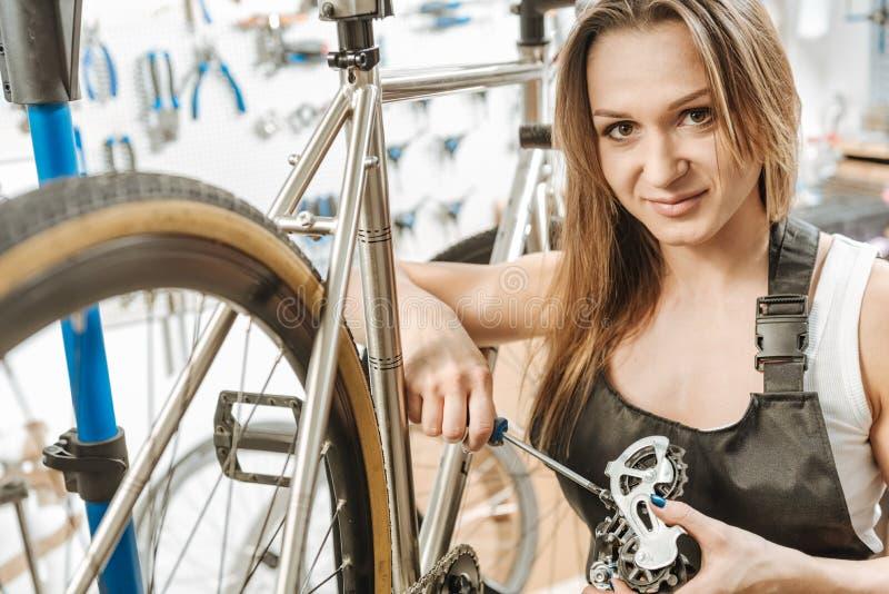 Opgetogen jonge craftswoman herstellend het pedaal in de workshop stock foto