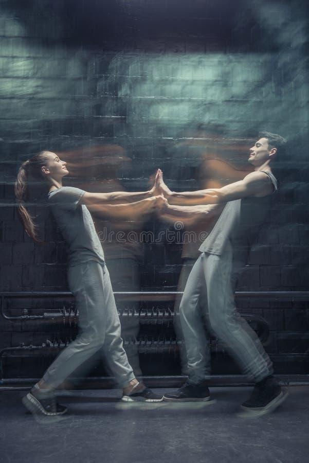 Opgetogen jonge dansers wat betreft handen stock afbeeldingen