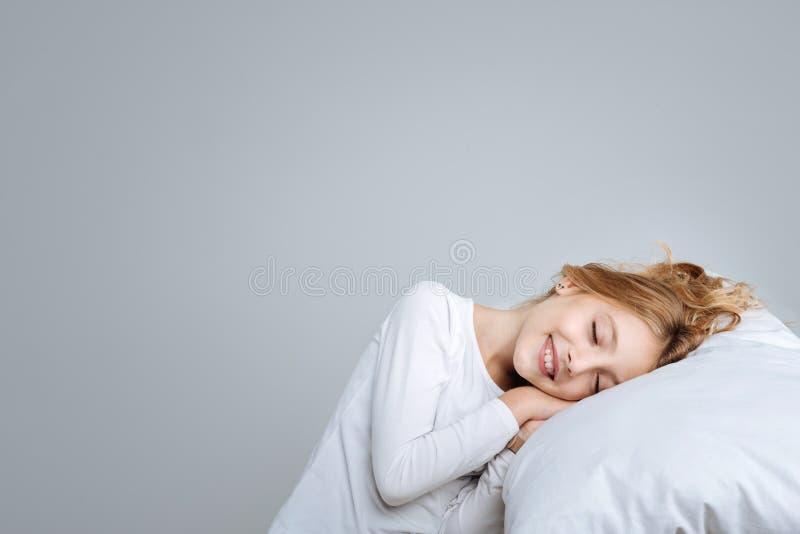 Opgetogen leuk meisje die aan slaap beweren royalty-vrije stock afbeelding