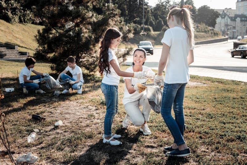 Opgetogen positieve mensen die milieu beschermen stock foto's