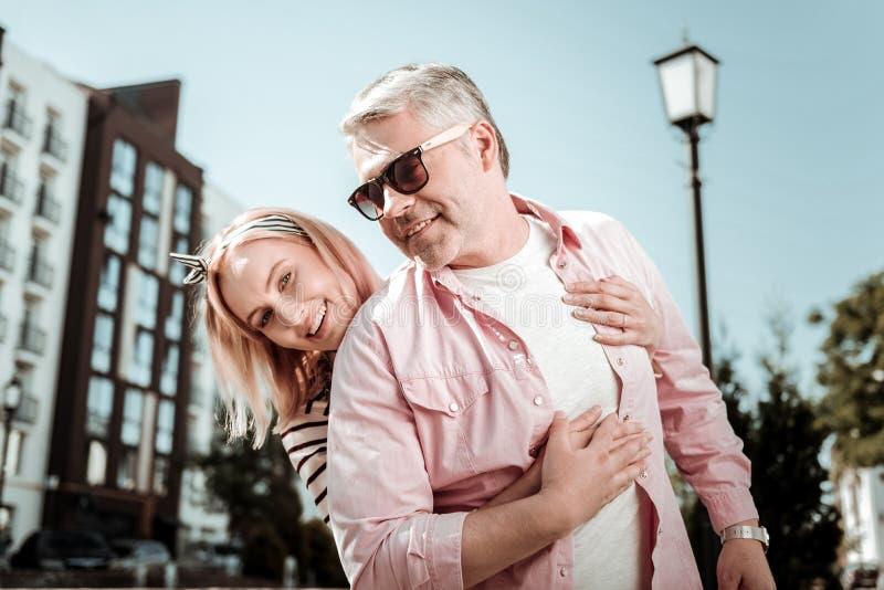 Opgetogen positieve vrouw die samen met haar echtgenoot zijn stock foto