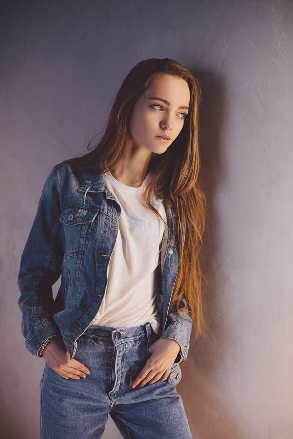 Opgevat Schoolmeisje De studioportret van de close-upmanier van hipster jong teder meisje stock fotografie