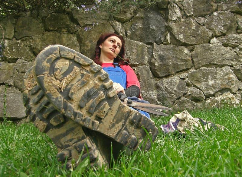 Opgevatte vrouw met grassprietje in zijn mond royalty-vrije stock foto's