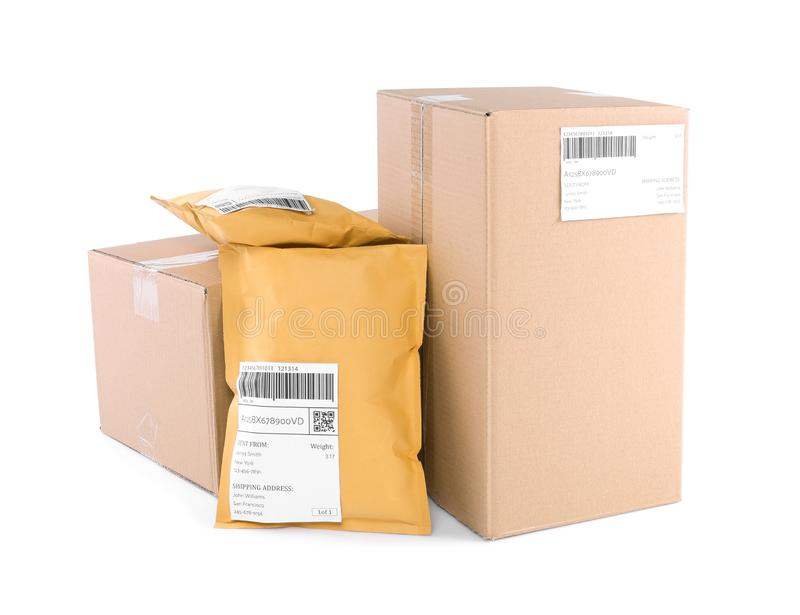 Opgevulde enveloppen en kartonpakketten stock fotografie