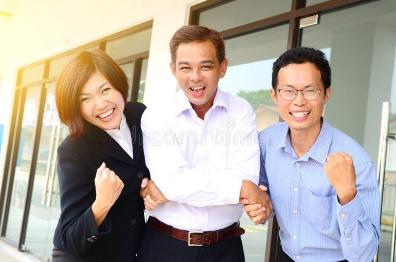 Opgewekt Aziatisch commercieel team stock foto's