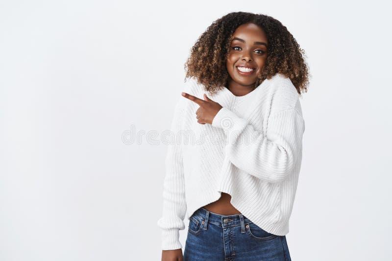 Opgewekt charmeren fascineerde hetAmerikaanse de vrouwen plus-grootte van het afrokapsel gelukkig geamuseerd glimlachen richtend  royalty-vrije stock afbeeldingen
