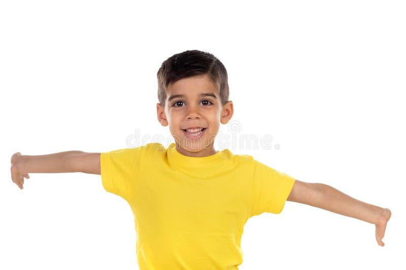 Opgewekt kind met gele t-shirt stock afbeeldingen