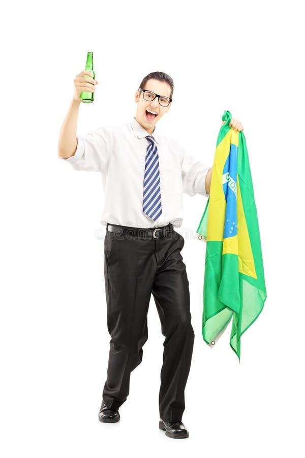 Opgewekt mannetje met bierfles en Braziliaanse vlag royalty-vrije stock fotografie