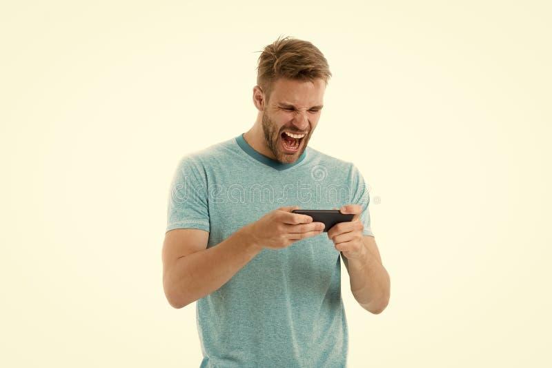 Opgewekt over gokken Het spel van het kerelspel op smartphone Kerel het schreeuwen het spelsmartphone van het gezichtsspel De men royalty-vrije stock afbeeldingen
