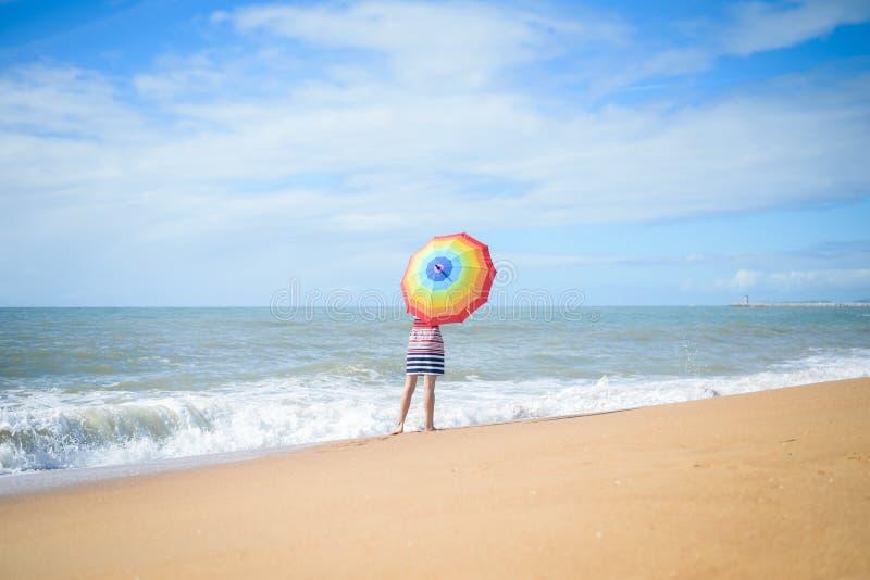 Opgewekt romantisch wijfje die pret op strandgang hebben op zonnige in openlucht achtergrond stock afbeeldingen
