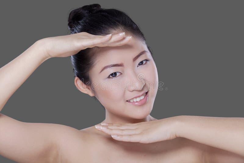 Opgewekt vrouwelijk model met verse huid stock afbeelding