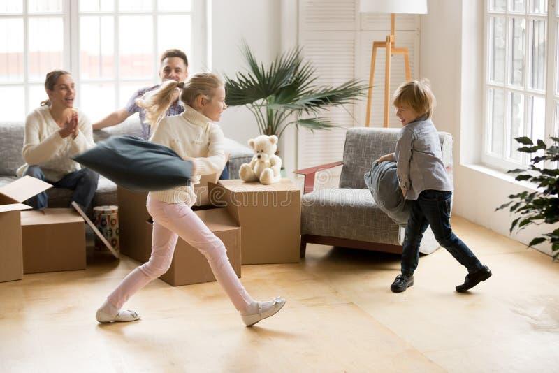 Opgewekte actieve kinderensiblings die hoofdkussenstrijd op bewegende D hebben royalty-vrije stock foto