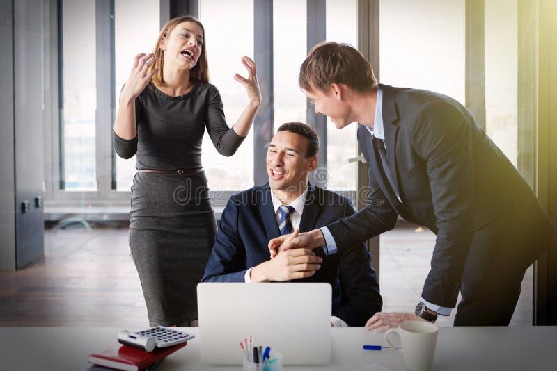 Opgewekte bedrijfsmensen in modern bureau die aan project werken stock foto's