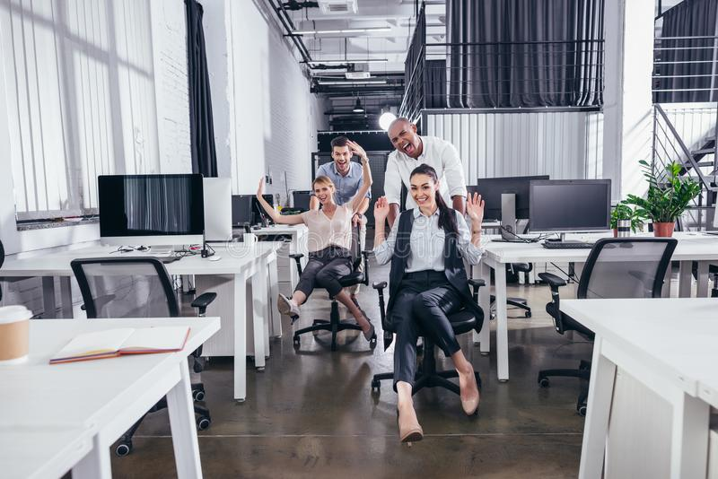 Opgewekte bedrijfsmensen op stoelen stock fotografie
