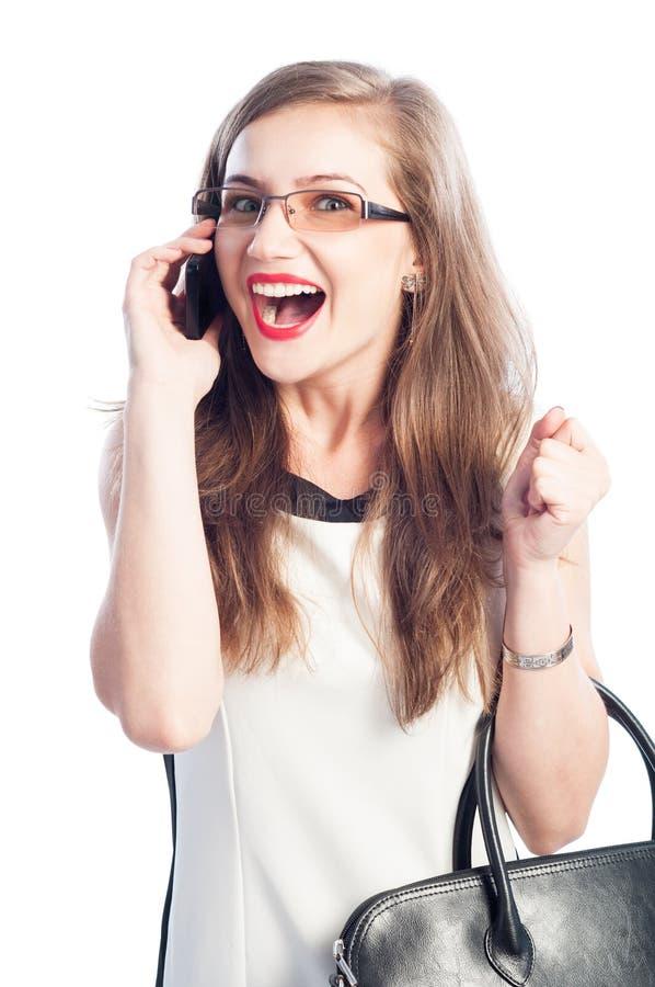 Opgewekte bedrijfsvrouw die op smartphone spreken stock foto