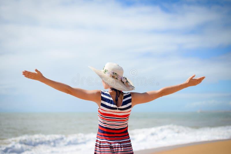 Opgewekte dame in hoed het uitspreiden handen met vreugde stock fotografie